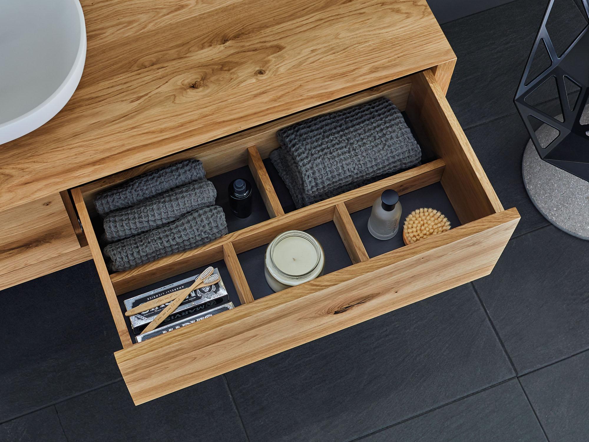 Schubfach mit schwarzem Boden und Einteilung